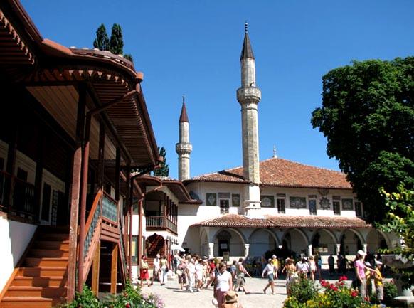 Сотрудников Ханского дворца в Бахчисарае начали учить крымскотатарскому языку
