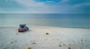 Автомобиль на берегу моря
